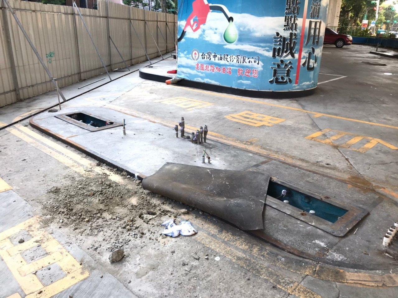 台灣中油公司建國北路加油站已終止營業,北市環保局前天(7日)會同環保署執行土壤汙...