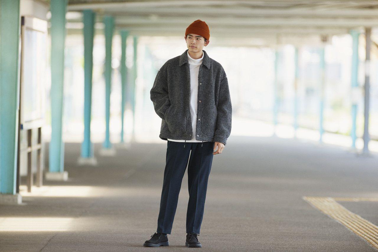 Oversized的輕型刷毛教練外套內搭一件簡單的白色高領上衣,簡約不失個性。圖...