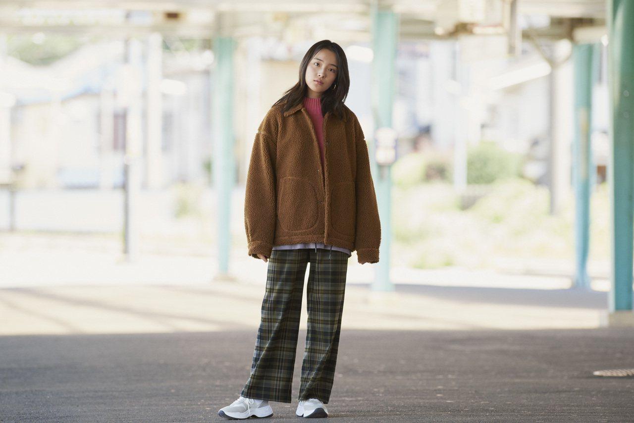 女生也能以男款輕型刷毛教練外套展現率性風格。圖/GU提供