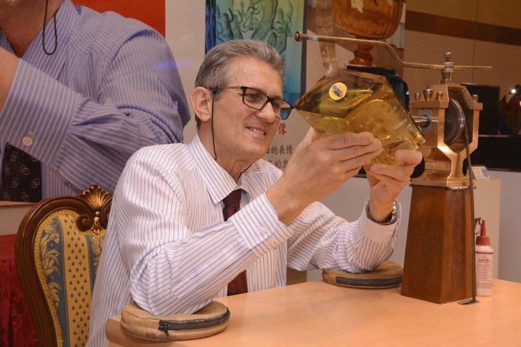 摩瑟水晶史卡拉大師Mr. Vladimir Skala,現場展示雕刻藝術。圖/國...