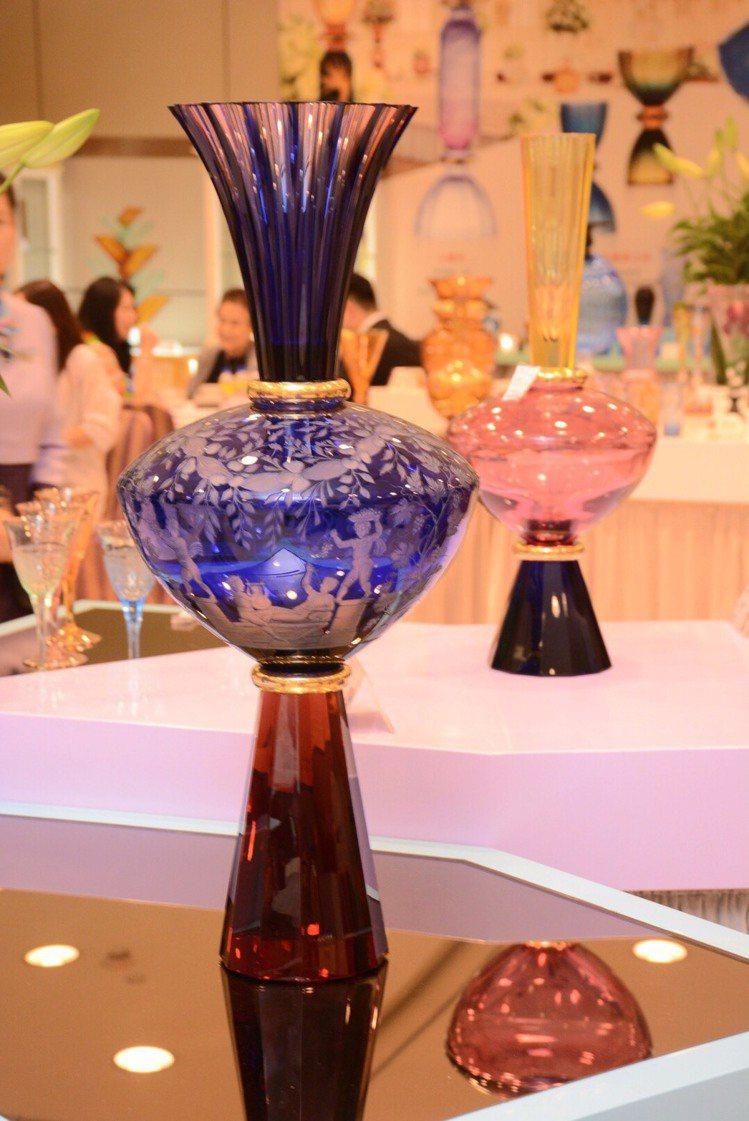 摩瑟水晶永恆的波特藍瓶,高度70公分,限量10件。圖/國裕企業提供