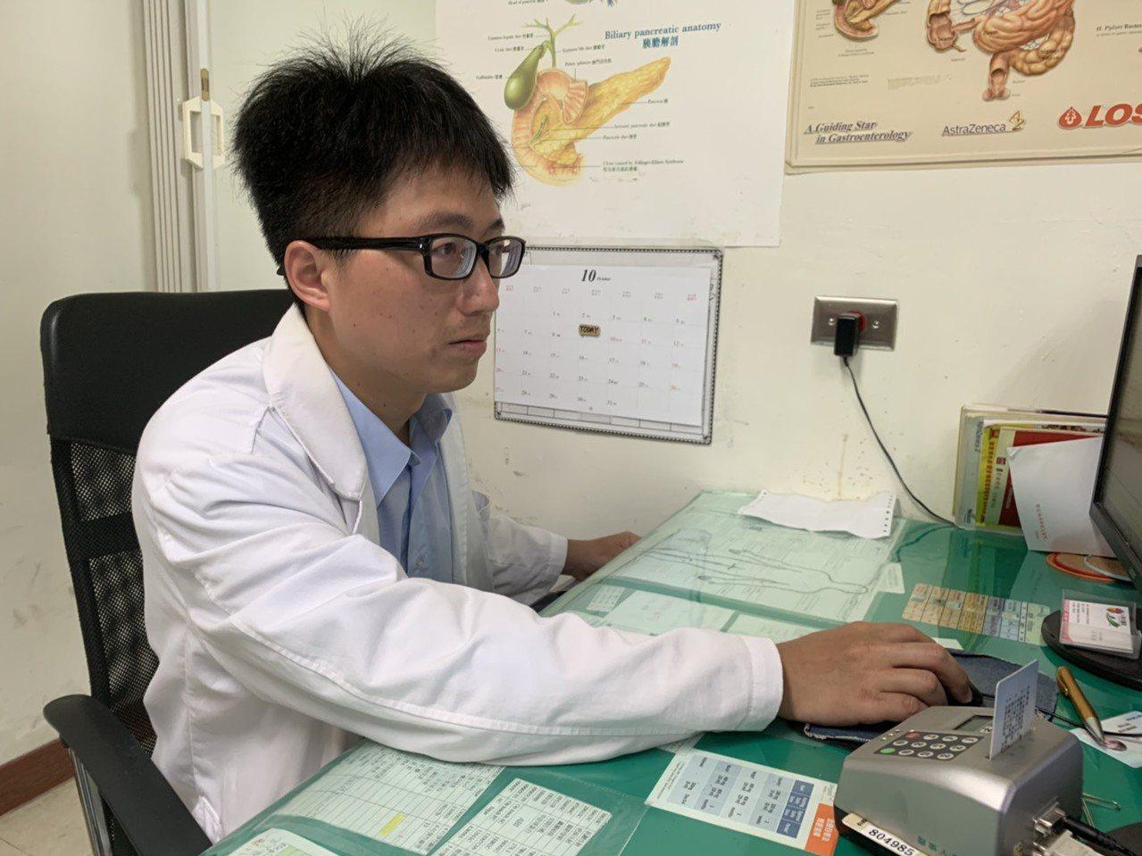 衛福部彰化醫院一般外科醫師李忠懷提醒民眾要定期活動筋骨,避免發生下肢深部靜脈血栓...