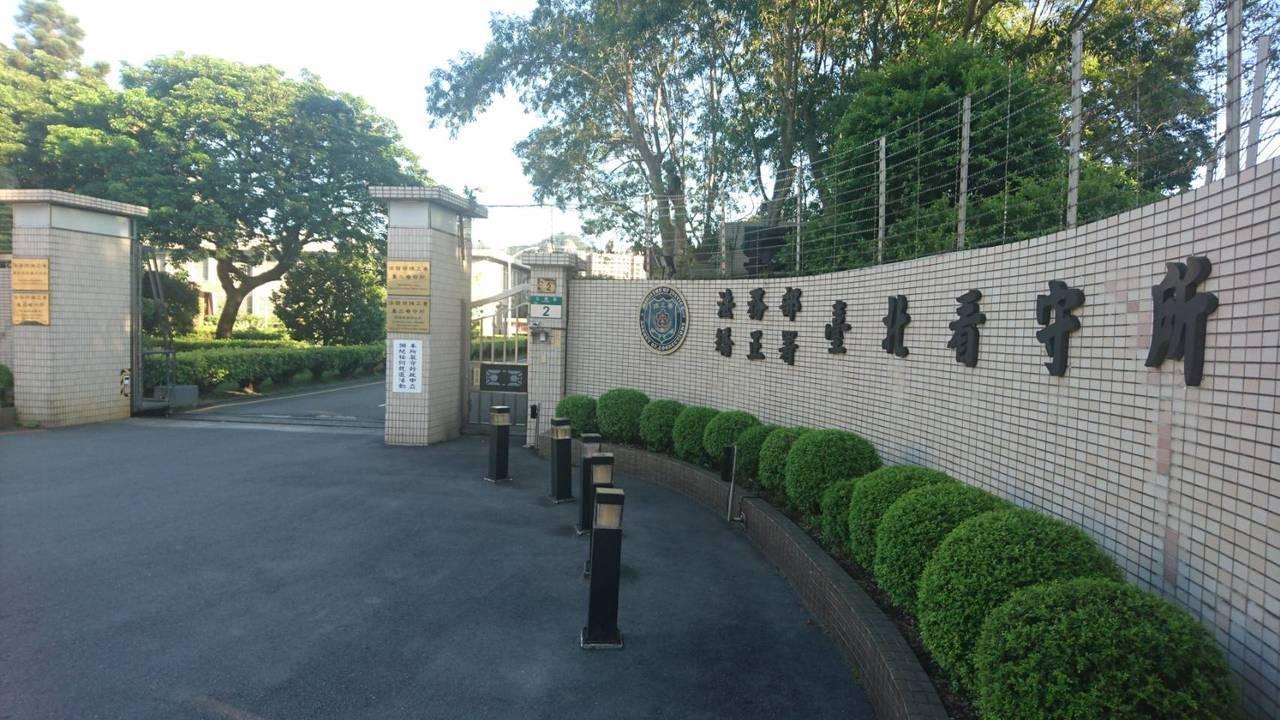台北看守所一名收容人控訴在牢裡被同房的張姓男子用腳指插肛門,得逞後又多次趁他不及...