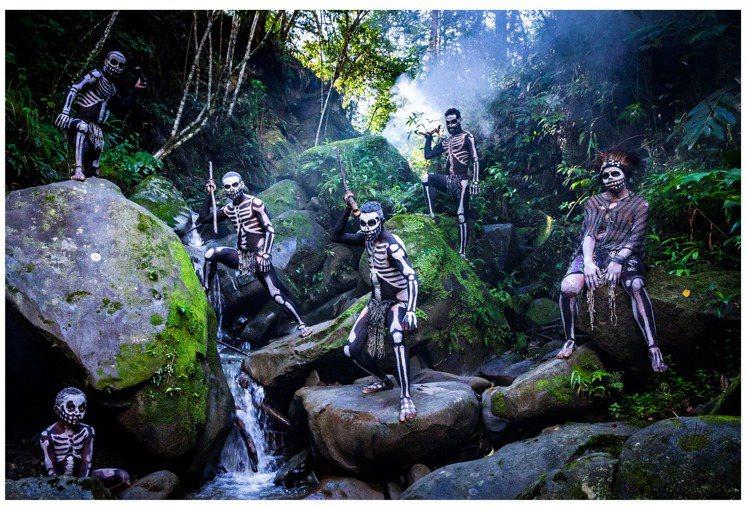 吳建衡深入巴布亞紐幾內亞骷髏部落拍攝,當地民眾透過裝扮成骷髏的樣貌抵抗惡靈作祟。...