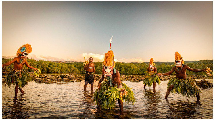 吳建衡前往巴布亞紐幾內亞拍攝Malagan面具部落的祭祀儀式。圖/摘自吳建衡Ed...