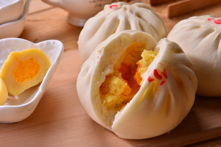 萊爾富x、松包子聯名新品「極品奶黃包」,售價30元。圖/萊爾富提供
