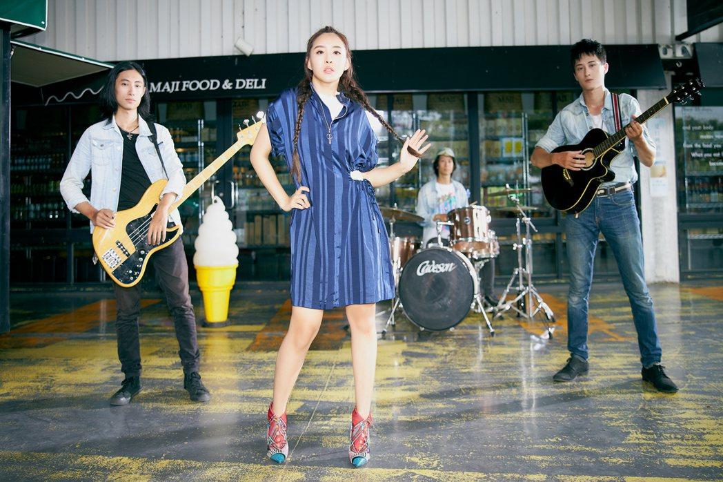 習譜予(中)在MV中與樂團展開巡迴演出。圖/大藝未來提供