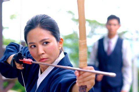 吳怡霈在「天之蕉子」劇中為了幫舊情人楊子儀奪回訂單幫助蕉農,接下日本人的戰帖比賽「日本弓道」,為此讓她吃足苦頭,除了日文要更流利外,也真要她拿起200公分高的弓箭射,她笑說自己不到160公分,弓箭一...