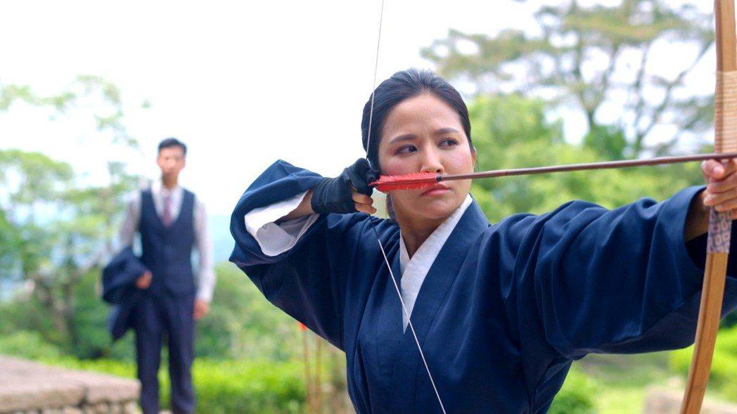 吳怡霈拍「天之蕉子」拿200公分弓箭  圖/三立提供