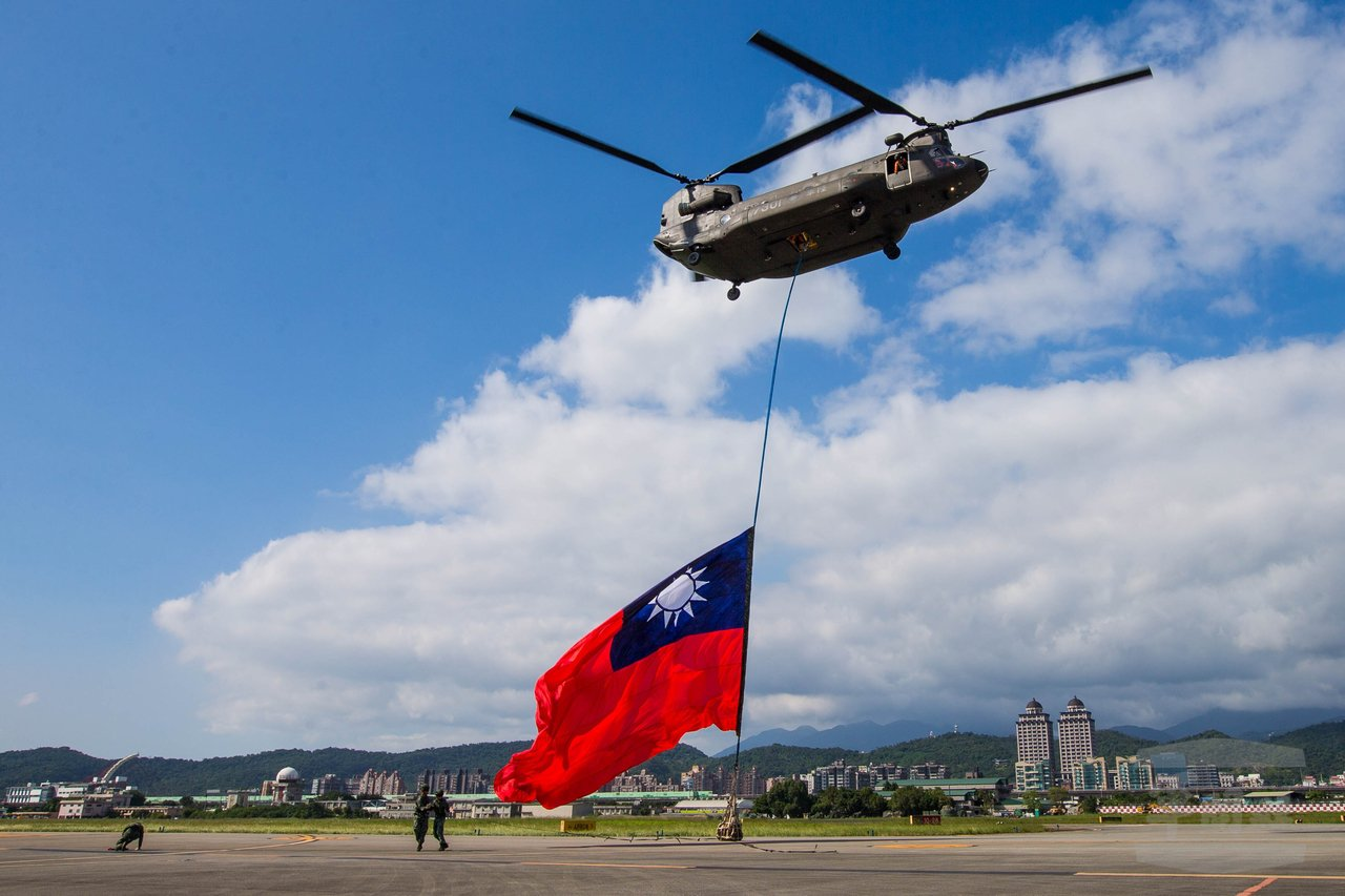 CH-47吊掛國旗從松山起飛。圖/軍聞社