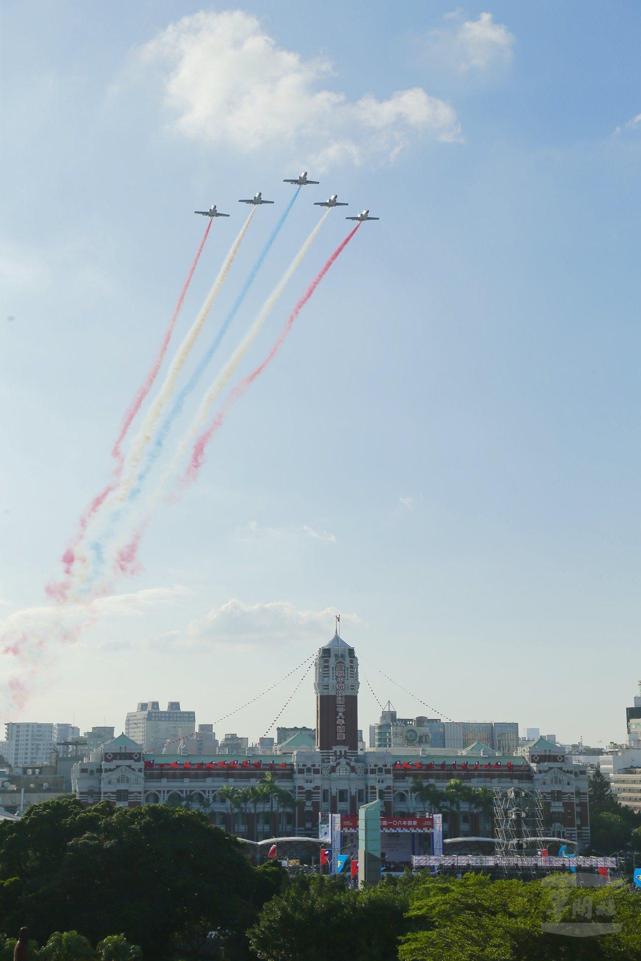 8日的預演中,雷虎小組飛越總統府上空。圖/軍聞社
