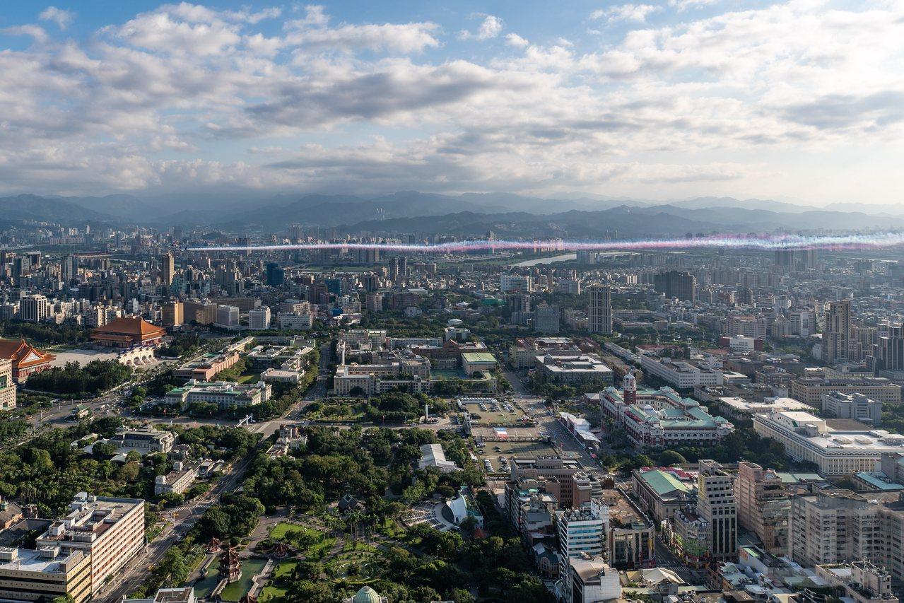 從245公尺高的新光三越站前大樓頂,可看到雷虎小組飛行軌跡平高。圖/軍聞社