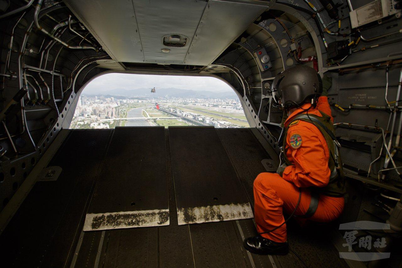 由CH-47貨艙後望,可見到第二架CH-47,並可看出編隊航線是由松山起飛後向北...