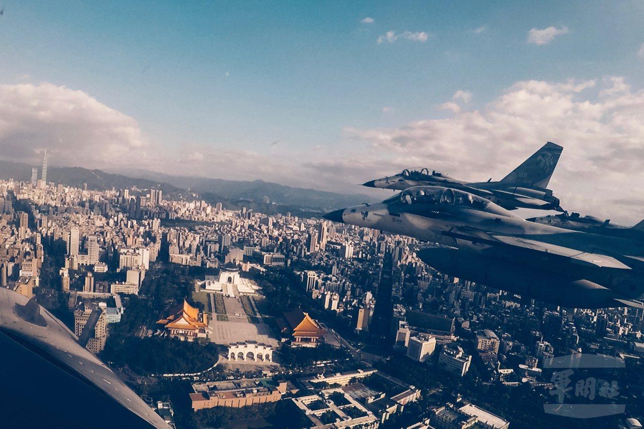 經國號戰機編隊飛越總統府,右前方可見到中正紀念堂園區。圖/軍聞社