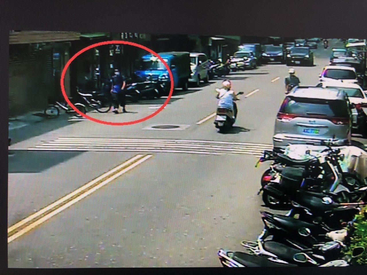 竊嫌利用複製鑰匙機會行竊。得手後逃逸影像被警方掌握。圖/記者廖炳棋翻攝
