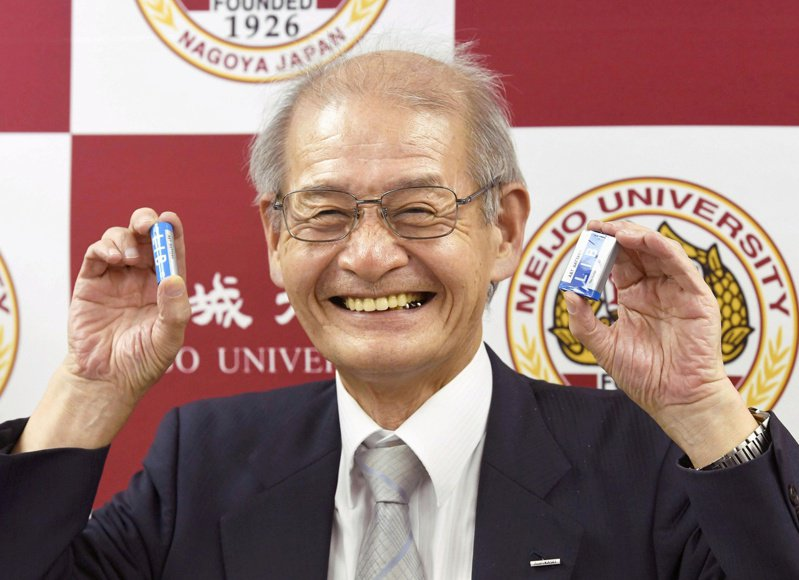 日本學者吉野彰獲頒諾貝爾化學獎,圖為他2017年出席表揚活動。(路透)