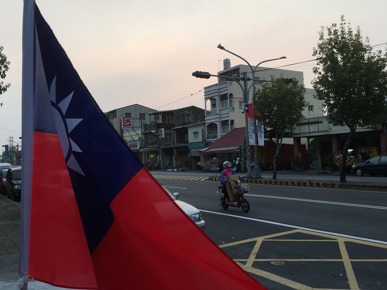 雲林縣斗六市市區道路直式懸掛國旗引起網友熱議。記者陳雅玲/攝影