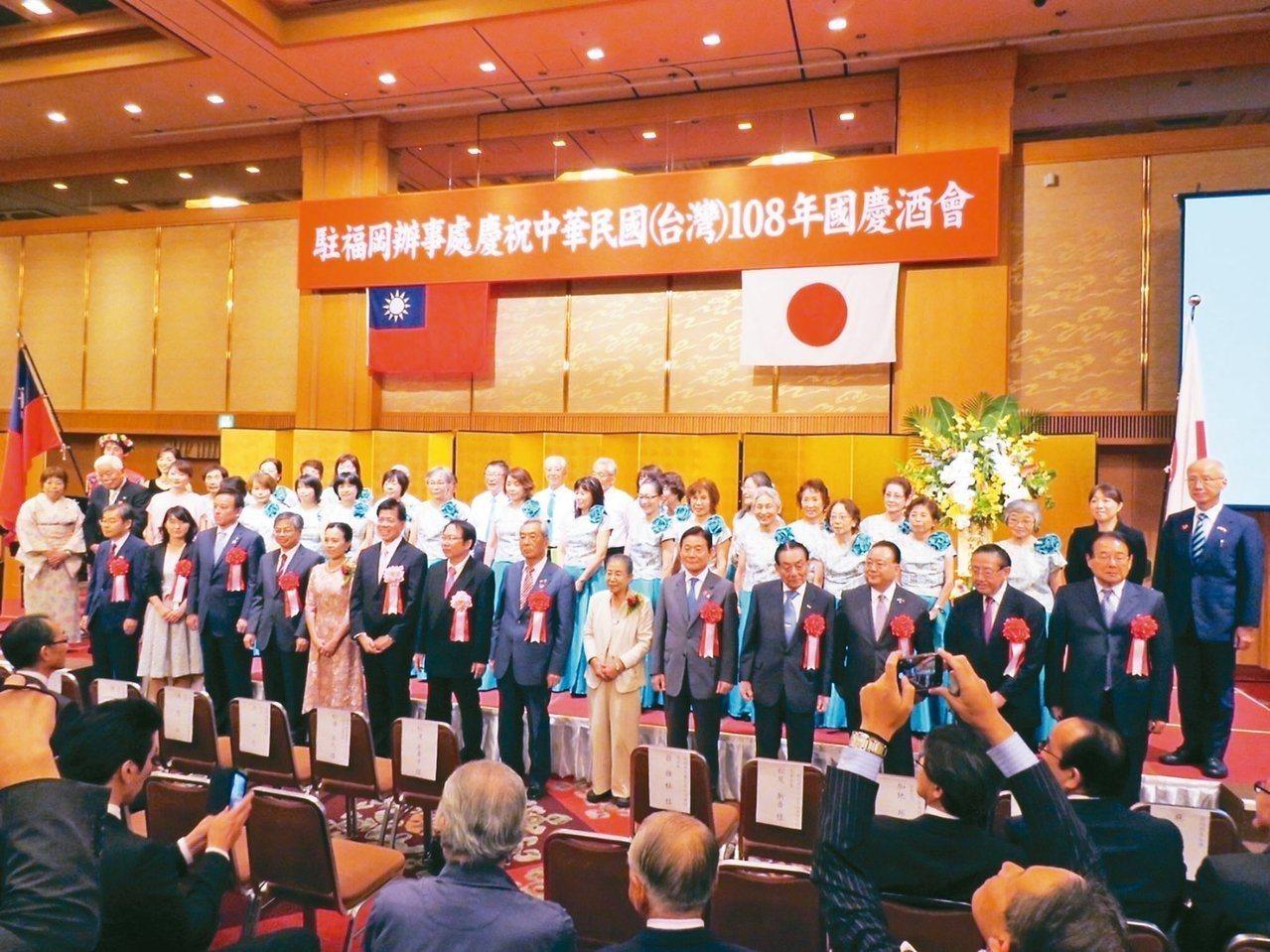 我駐大阪辦事處福岡分處本月4日晚間舉行國慶酒會,會場公布聲稱是日本首相安倍晉三的...