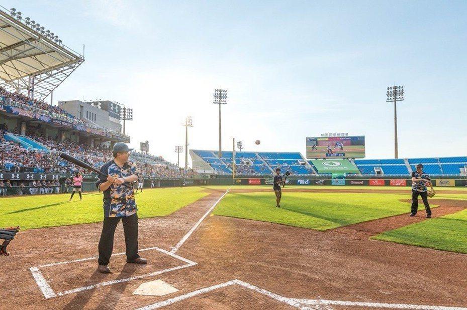 桃園國際棒球場為Lamigo桃猿隊主場,採OT營運,圖為先前市長鄭文燦參與活動照片。圖/桃園市政府提供