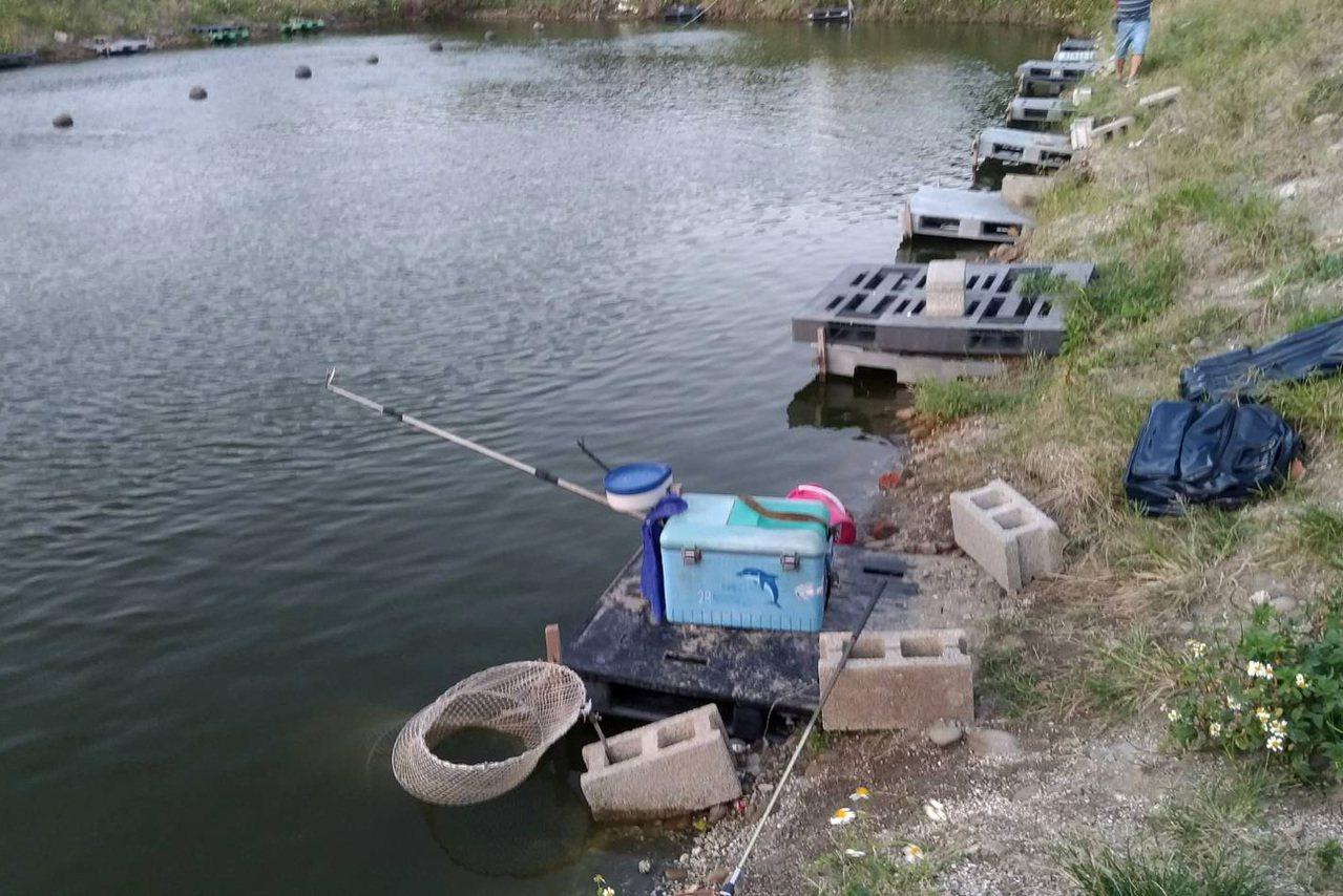 新北市簡姓釣客在私人魚池釣魚,疑釣魚拉線不慎滑落水中溺斃,現場遺留釣桿、釣具。記...