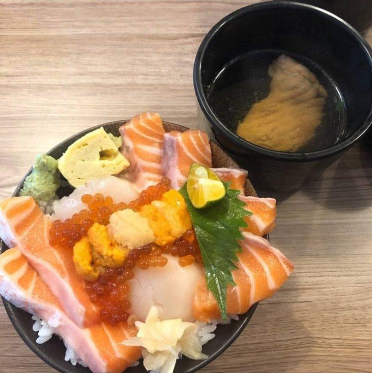 「千幸壽司」的海鮮堆到滿出碗。IG @syin3318 提供