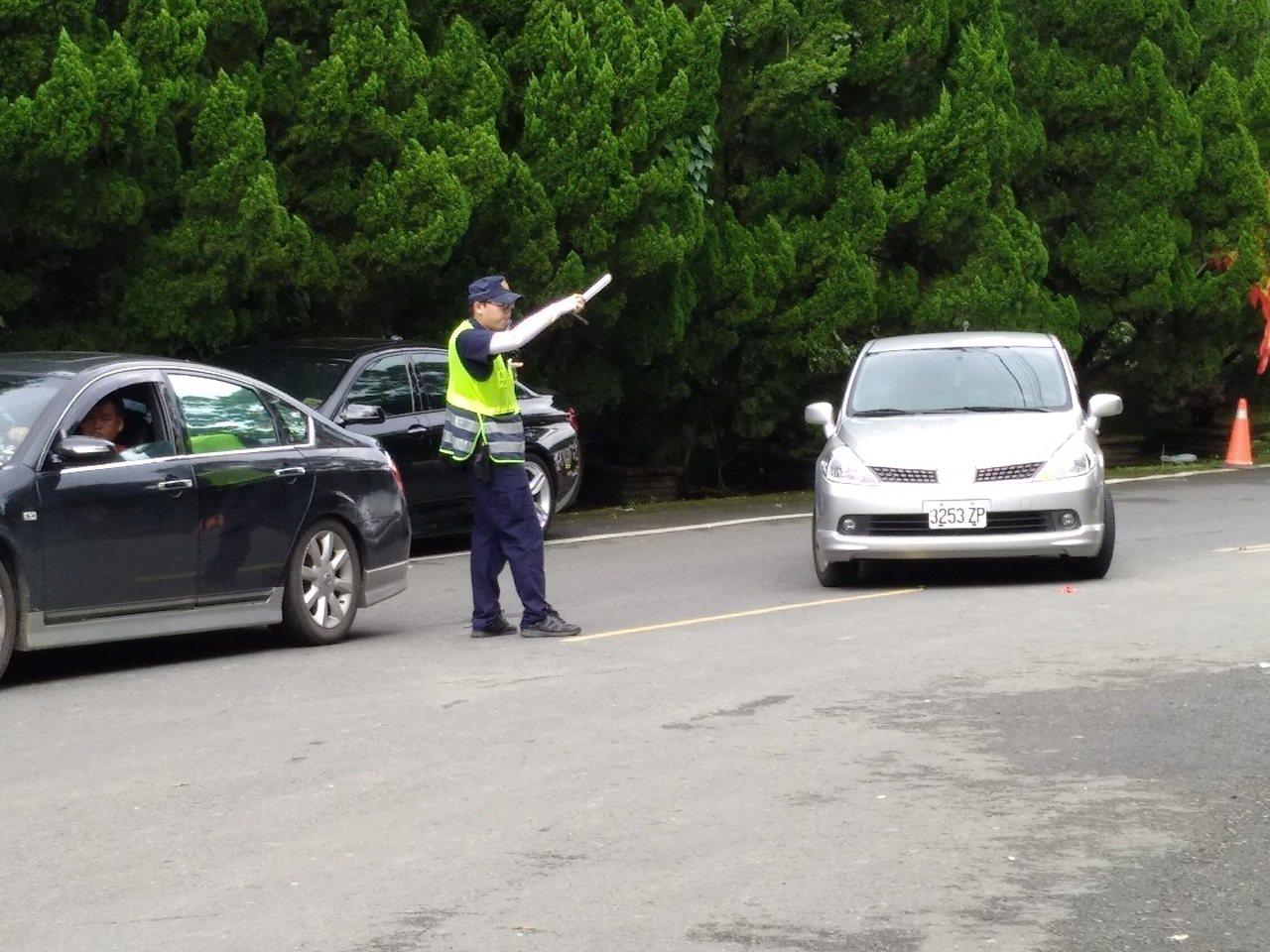 因應雙十連假關子嶺溫泉美食節車潮,白河警方將在重點時段調派警力疏導交通。圖/警方...