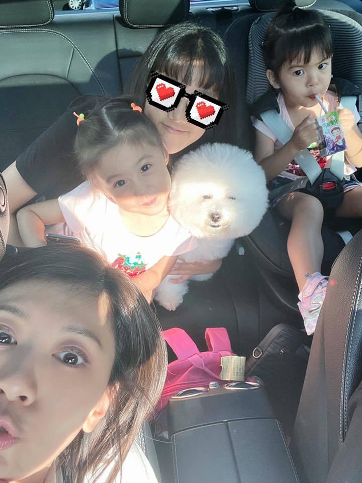 賈靜雯(前)與3個女兒。圖/摘自臉書
