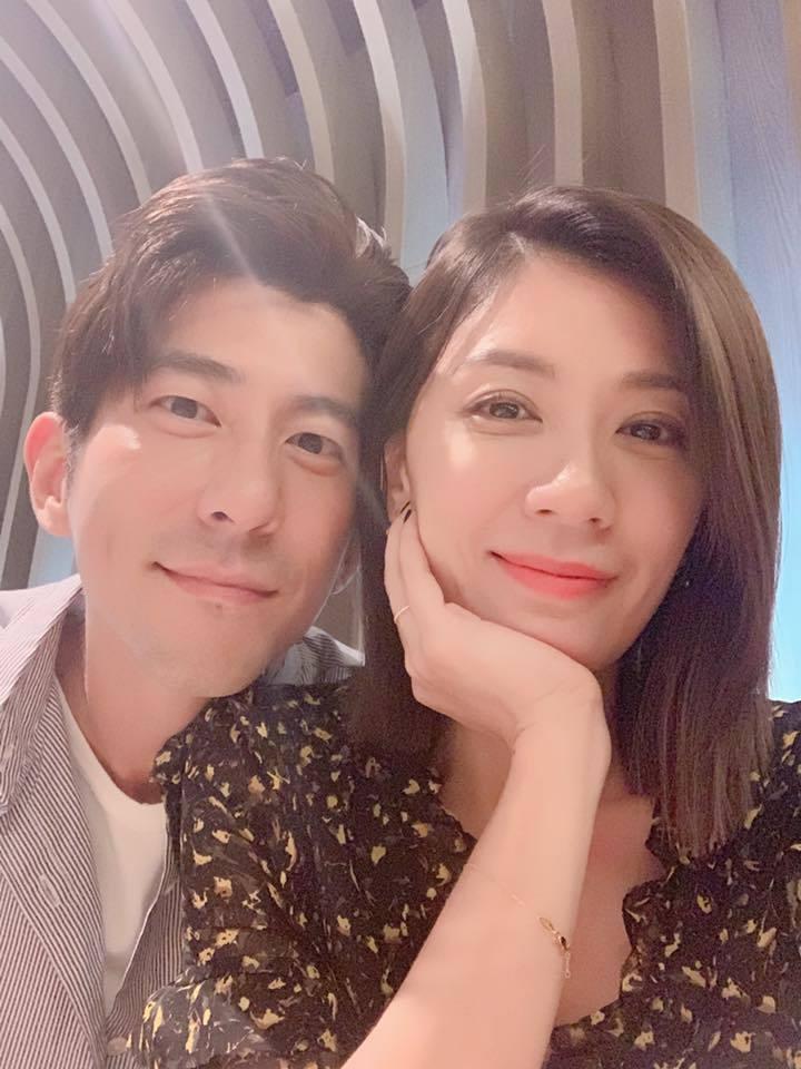 賈靜雯(右)與老公修杰楷。圖/摘自臉書