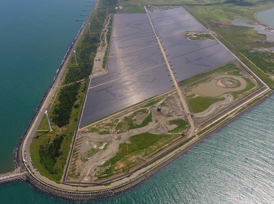 台電彰濱光電場現是全台最大光電場,貫穿光電場的「光電大道」,長達3公里。(圖/台...