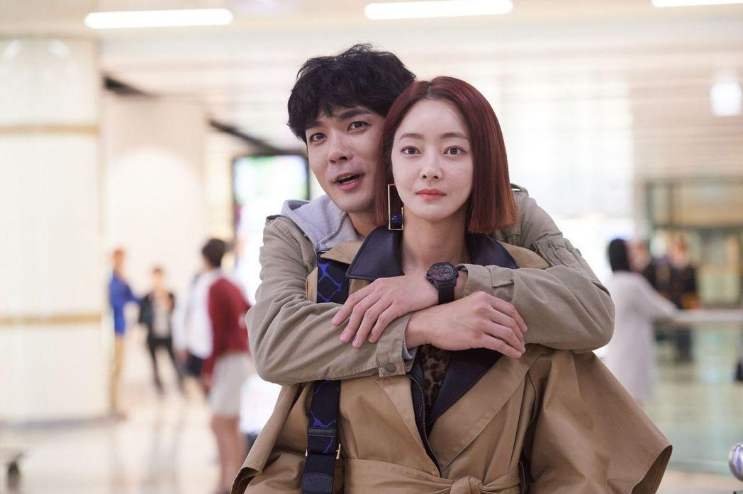 朴胤載(左)在劇中將徐孝琳誤認為自己的青梅竹馬抱錯人。圖/中天娛樂台提供