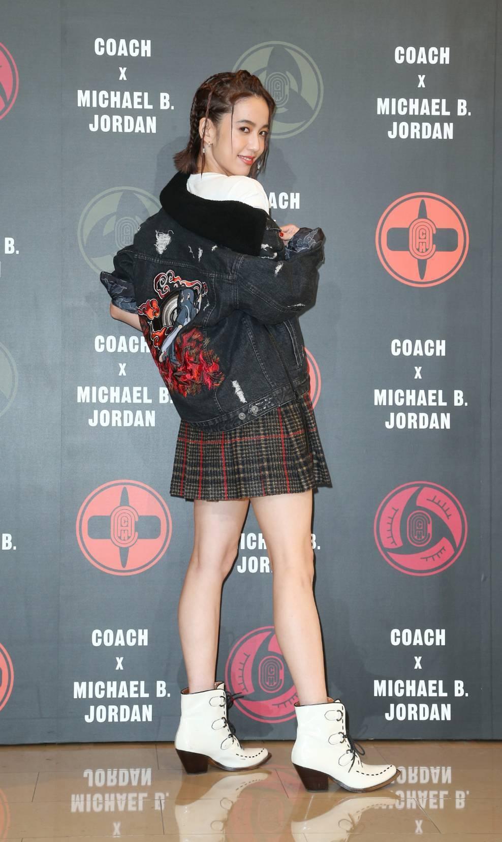 陳庭妮身穿COACH X MBJ黑色丹寧夾克32,800元,表示這是她最想入手的...