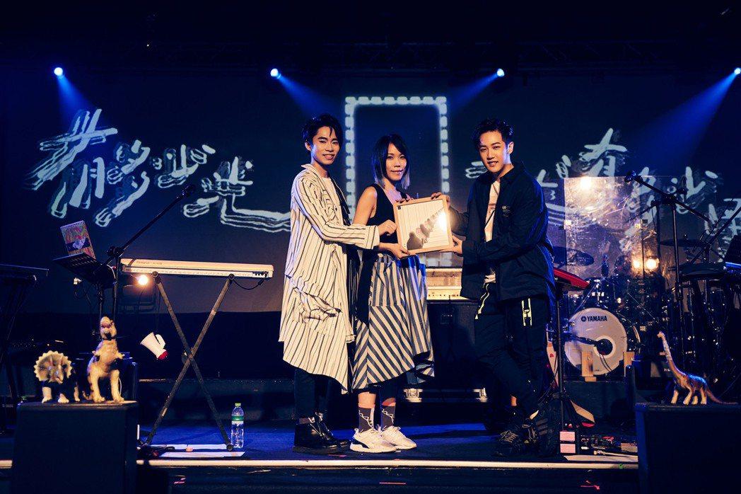 脆樂團贈畫感謝學弟熊仔(右)擔任演唱會嘉賓。圖/好多音樂提供