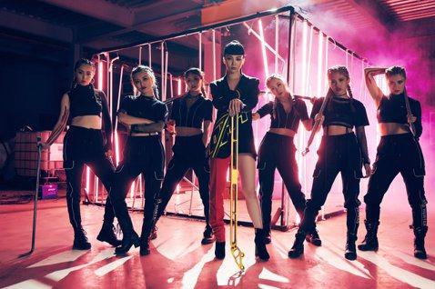 「Nikita」舒子晨首波主打「RED ANGEL」MV,挑戰唱跳歌手極限,主動跟舞蹈老師大目老師要求舞蹈要「再帥一點」,每跳完必喘20分鐘,Nikita直呼:「想帥一點反而整到自己。」更不敢置信說...