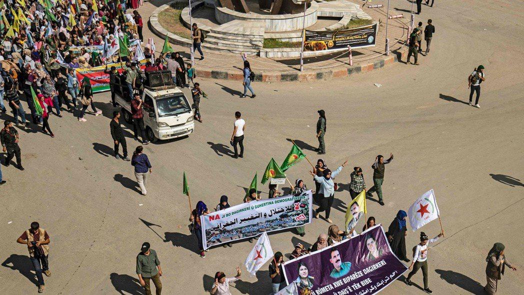 駐守在敘利亞和土耳其邊界附近的庫德族民兵。法新社