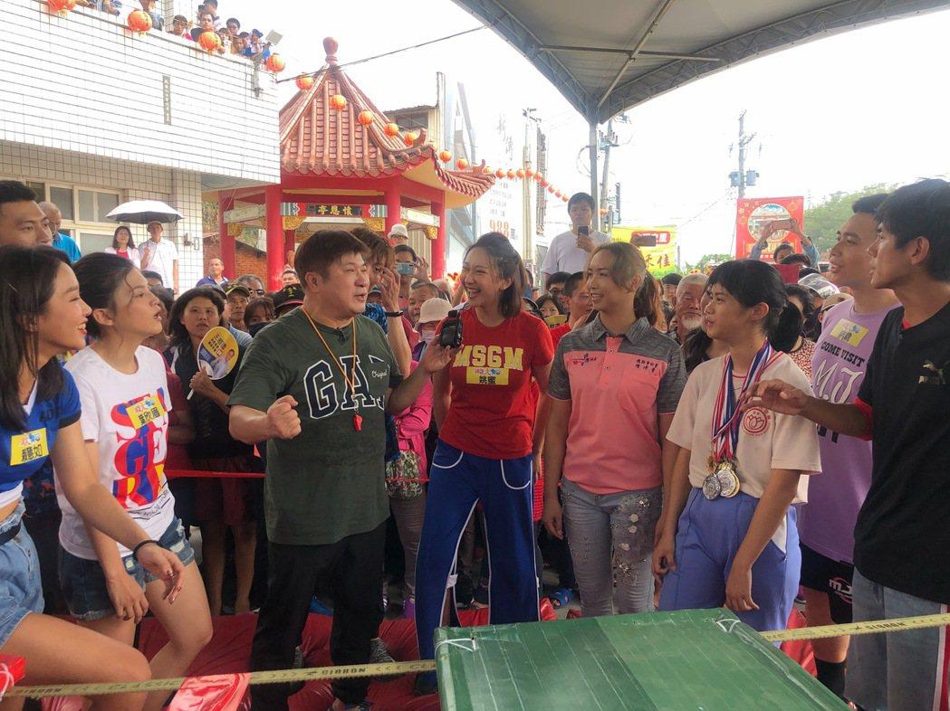 胡瓜(中)主持民視「綜藝大集合」多年來深受歡迎。圖/民視提供