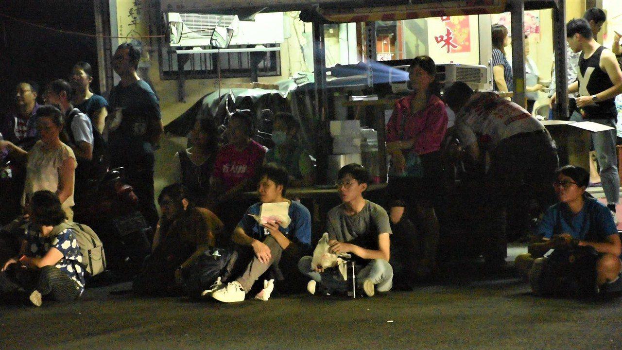 民眾席地而坐,在新興戲院看戶外電影。記者陳玫伶/攝影