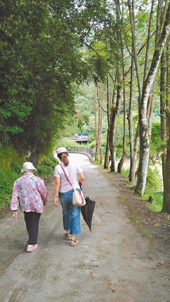 母親年逾八十,但老當益壯,平時走路不需枴杖,兩腳強勁有力。 圖/河馬(高雄市)