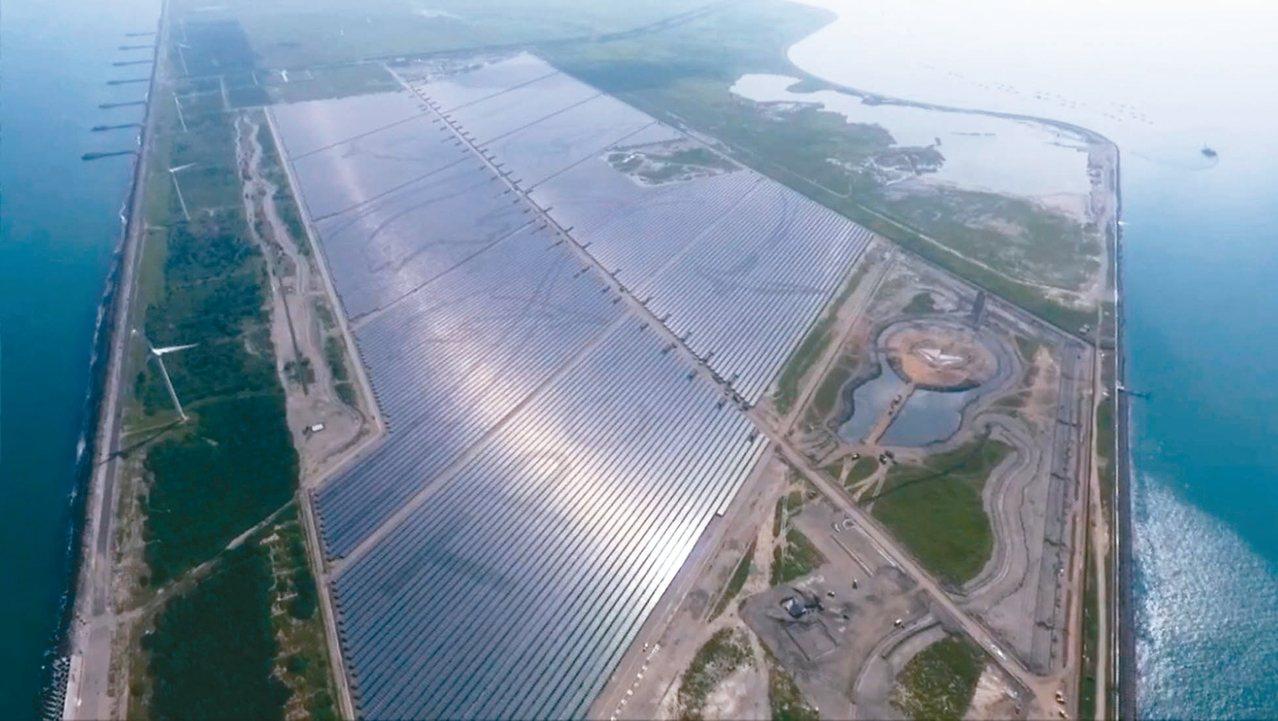 台電在彰濱工業區打造一百四十公頃太陽光電場,光電板以當地保育類動物白海豚及小燕鷗...
