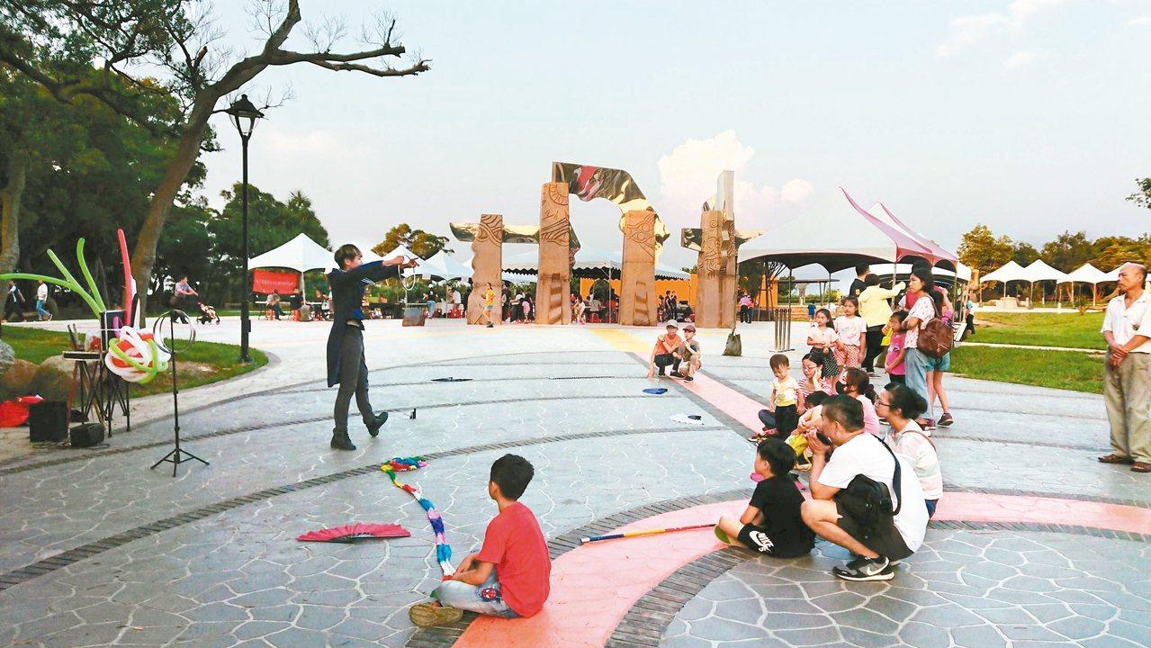 大甲鐵砧山雕塑公園的「太陽之門」,受太陽照射有反射光線,很耀眼。 圖/台中市觀旅...