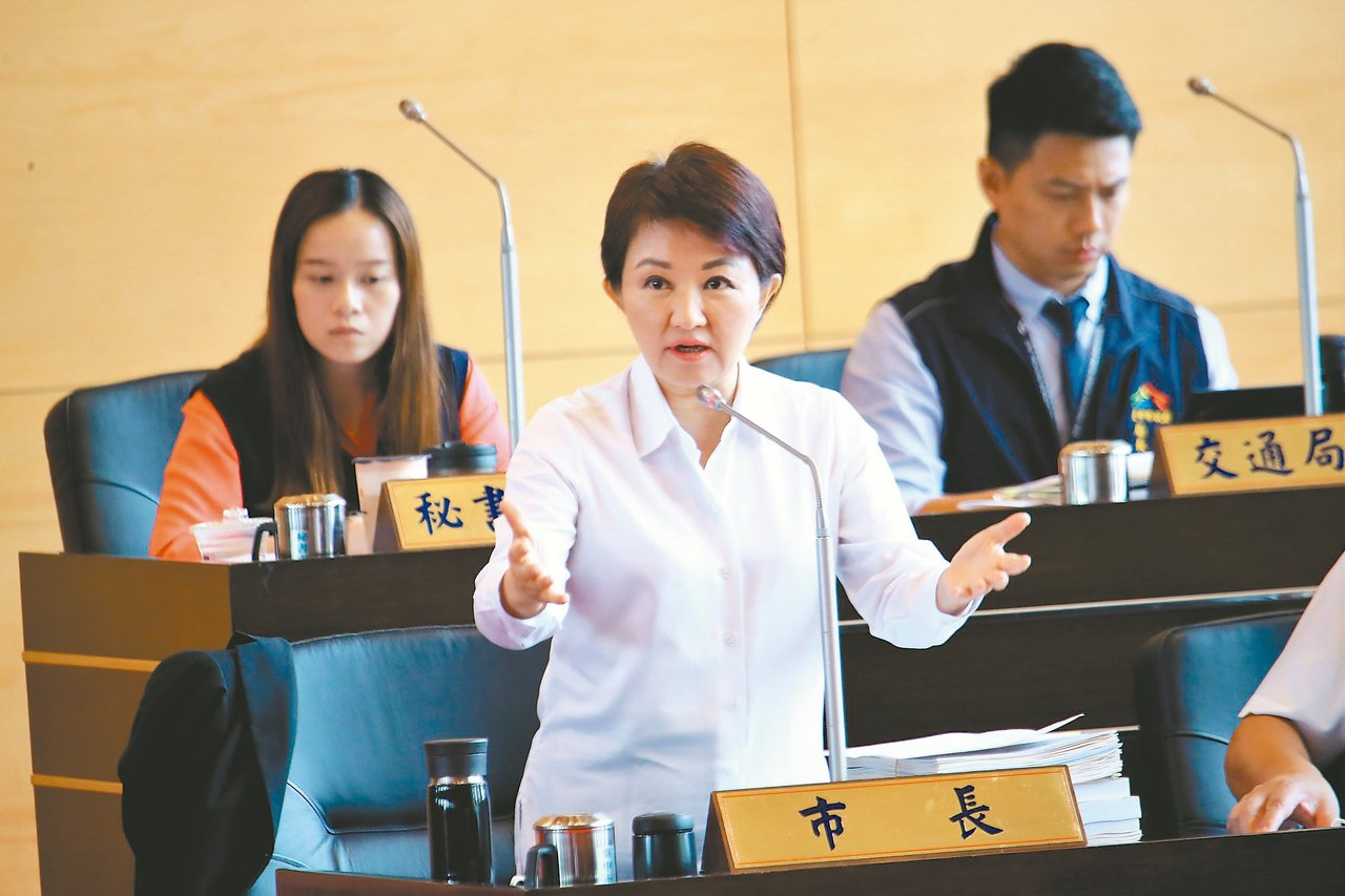台中市長盧秀燕(前)面對預算總額創新高,強調「敢要預算,就要做好事情。」 記者陳...