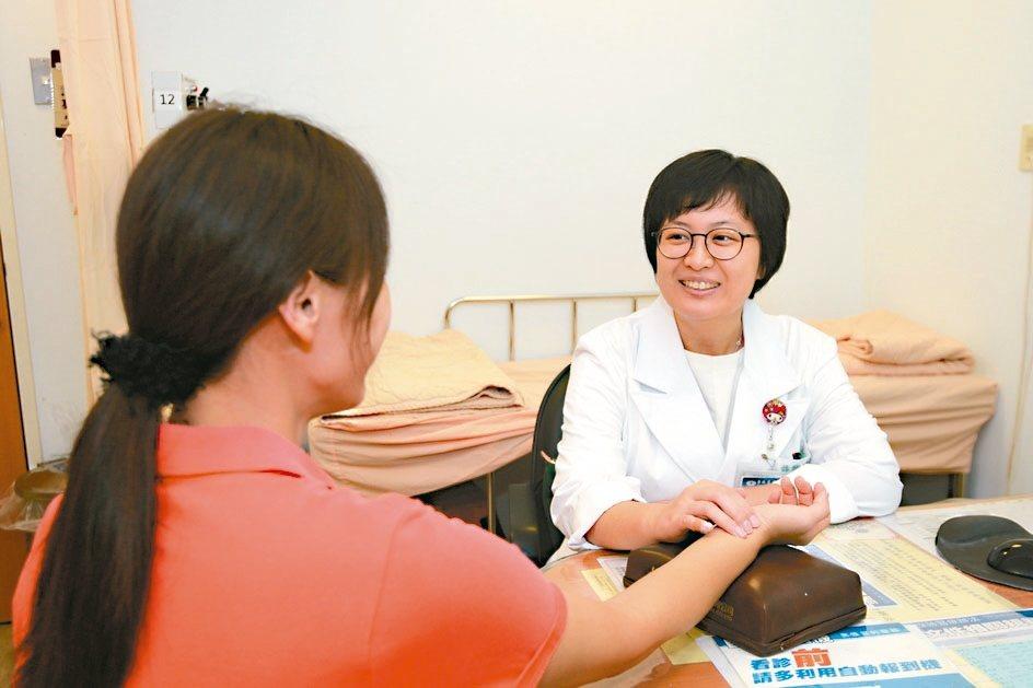台北慈濟醫院中醫部醫師許雅婷解釋坐月子注意事項,其中包括生化湯不是喝愈多愈好。 ...
