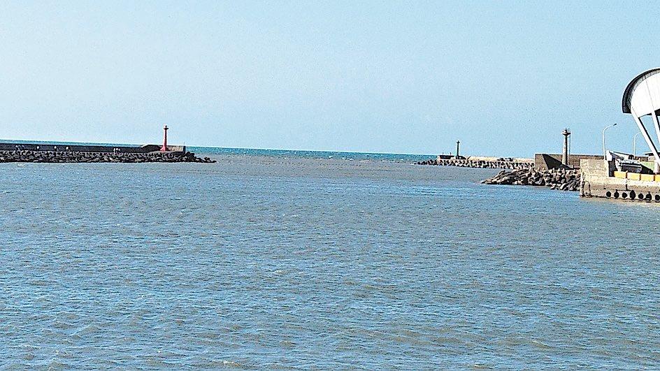 桃園市竹圍漁港清淤問題,市長鄭文燦澄清,強調去年清淤成效很好。 記者曾增勳/攝影