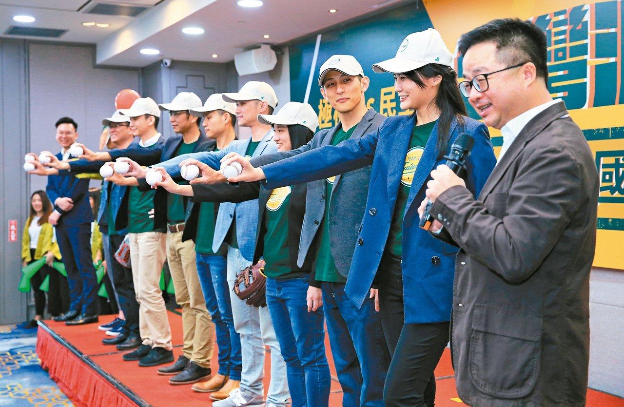 民進黨秘書長羅文嘉(右一)、副秘書長林飛帆(左一)昨天宣布,九位新人共組「台灣派...