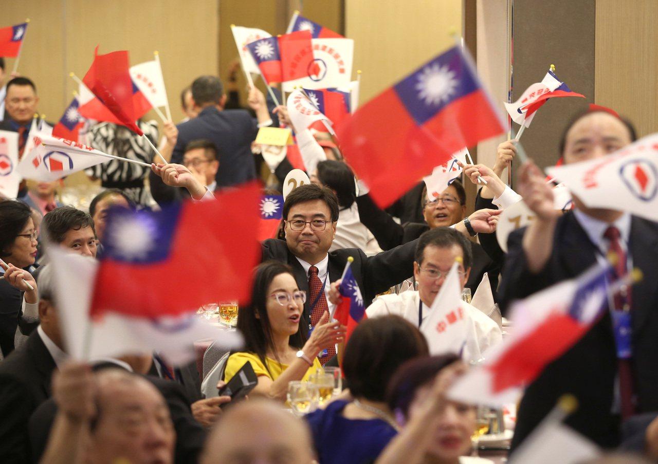 中華民國工商建設研究會成立「全國工商界支持韓國瑜競選總統後援會」,與會者揮舞旗幟...