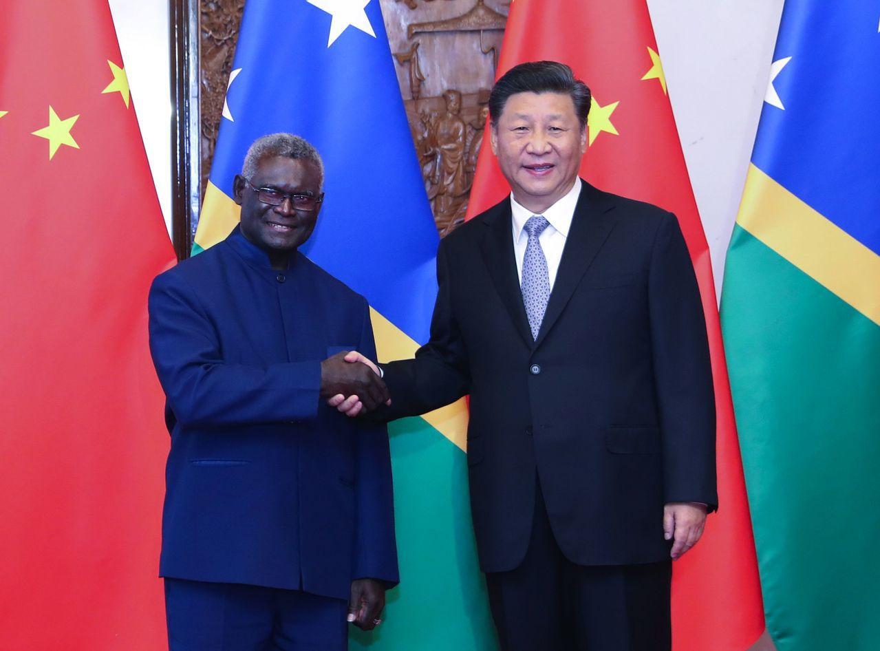 索羅門群島總理蘇嘉瓦瑞(左)到訪北京,昨與大陸國家主席習近平(右)會面。 (新華...
