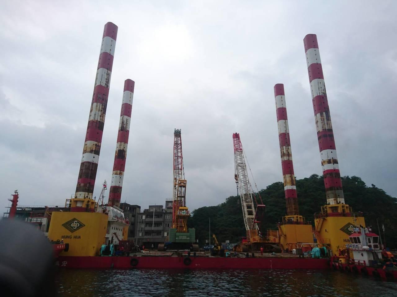 宏華營造旗下萬噸級的「宏禹一號」,是全台最大的海上作業平台船。 記者羅建旺/攝影