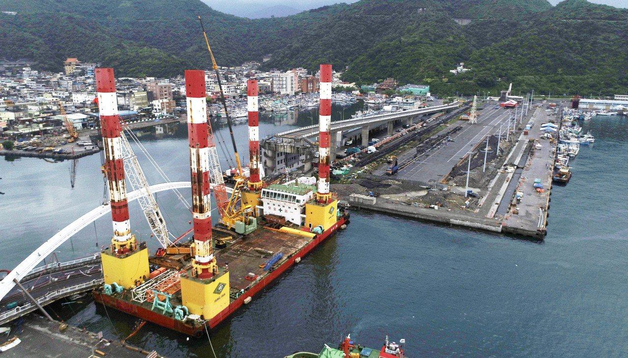 全國最大、萬噸級的海上作業平台船「宏禹一號」,昨天冒雨協助宜蘭南方澳大橋拆除作業...