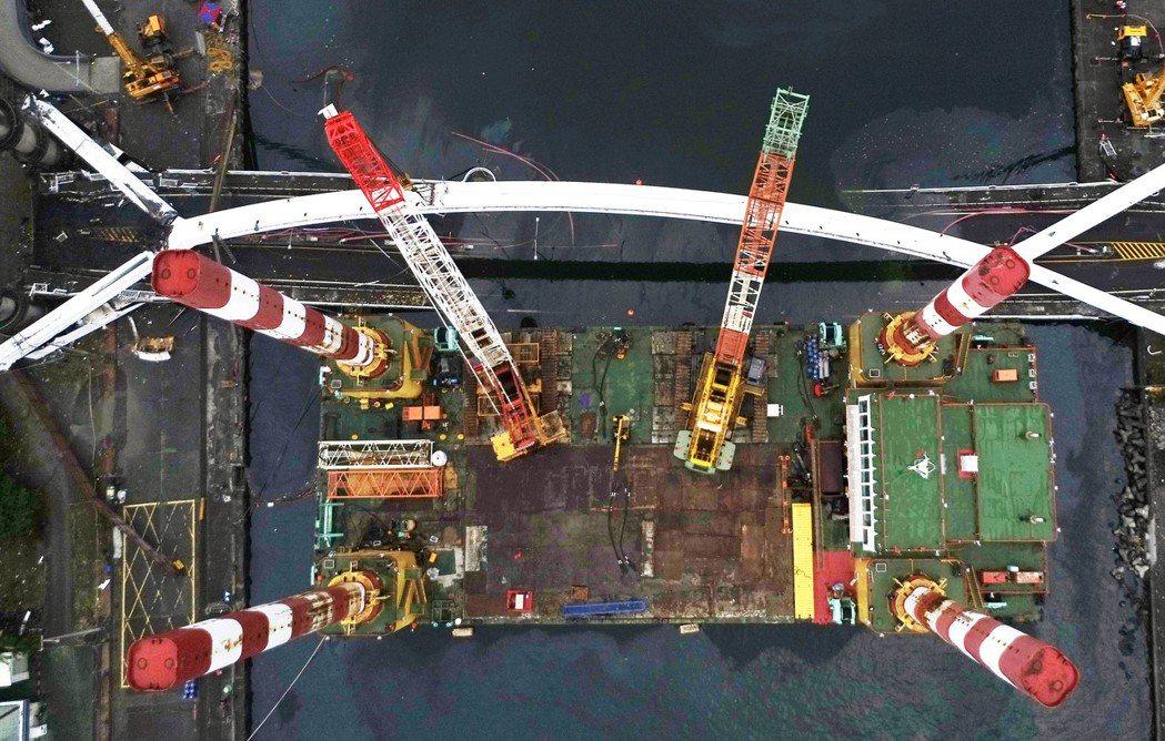 「宏禹一號」昨天一早就靠近橋邊就定位,先拉住拱橋,以利作業人員切除橋墩。 記者杜...