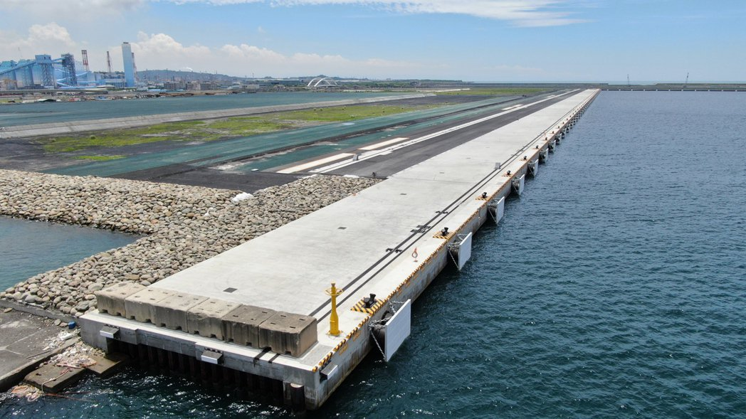 高雄港洲際貨櫃中心第二期工程計畫-S4~S5碼頭護岸及貨櫃中心新生地填築工程,也...
