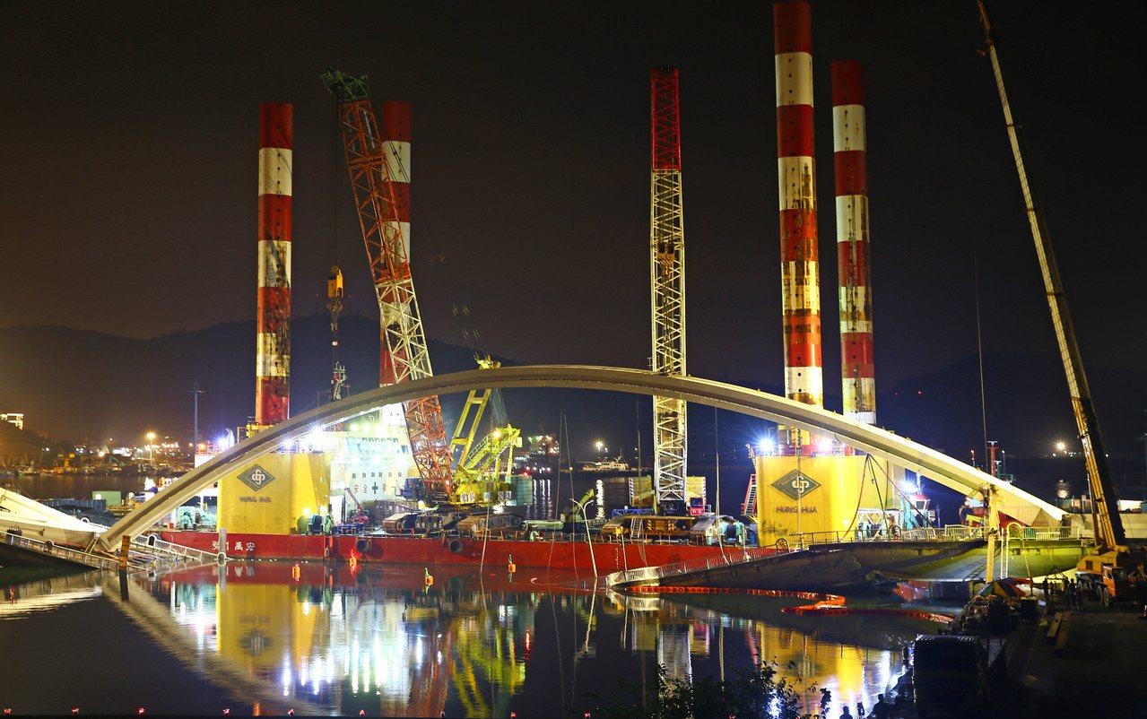 南方澳斷橋昨天進行第一天拆除作業,宏禹一號前來吊掛重達300噸的拱型鋼橋,從白天...